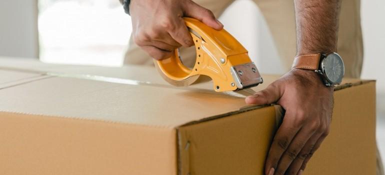 mover sealing a box