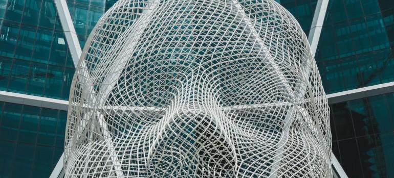 creative-huge-wire-sculpture-located-on-skyscraper